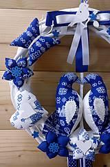 Dekorácie - Pravý slovenský čičmanský folk ľudový veniec na dvere Zaľúbené holubice (Modrý s modrými holúbkami) - 10365303_