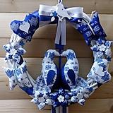 Dekorácie - Pravý slovenský čičmanský folk ľudový veniec na dvere Zaľúbené holubice (Modrý s bielymi holúbkami) - 10365476_