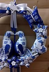 Dekorácie - Pravý slovenský čičmanský folk ľudový veniec na dvere Zaľúbené holubice (Modrý s bielymi holúbkami) - 10365484_