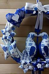 Dekorácie - Pravý slovenský čičmanský folk ľudový veniec na dvere Zaľúbené holubice (Modrý s bielymi holúbkami) - 10365485_