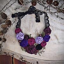 Náhrdelníky - Látkový ART náhrdelník 10 - ruže, fialová, ružová, bórdová, čierna - 10364651_