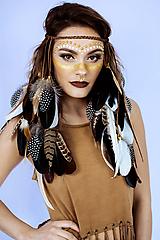 Ozdoby do vlasov - Bohatá pletená čelenka z peria a eko kože - 10366013_
