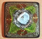Dekorácie - Malá orgonitová pyramídka s chryzoprasom, horským kryštálom a keltskými špirálami - 10370233_