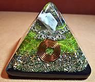 Dekorácie - Malá orgonitová pyramídka s chryzoprasom, horským kryštálom a keltskými špirálami - 10370235_