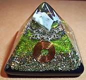 Dekorácie - Malá orgonitová pyramídka s chryzoprasom, horským kryštálom a keltskými špirálami - 10370236_
