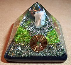 Dekorácie - Malá orgonitová pyramídka s chryzoprasom, horským kryštálom a keltskými špirálami - 10370234_
