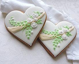 Darčeky pre svadobčanov - Medovníkové srdiečko s bielymi kvetmi - 10367268_