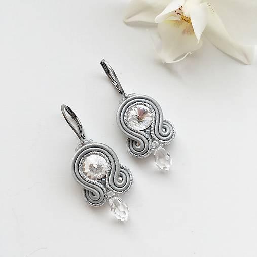 Ručne šité šujtášové náušnice / Soutache earrings - Swarovski®️crystals (Sonja - šedá/strieborná - mini)