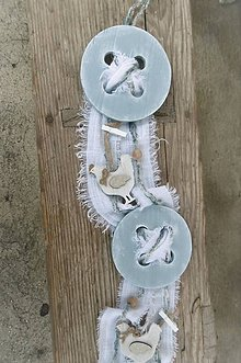 Dekorácie - Jarný bledomodrý gombíkový záves s kohútikmi - 10373192_