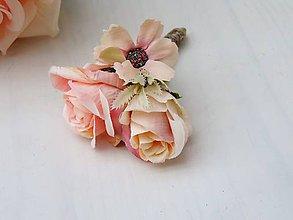 Kytice pre nevestu - Svadobná kytica pre nevestu marhuľovo-ružová (Pierko pre ženícha) - 10371290_