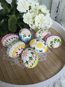 Dekorácie - Kraslice zdobené voskom v jarných farbách - 10371860_