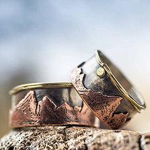 Prstene - Svadba s nadhľadom  (Strieborný základ, medené hory, zlaté zdobenie) - 10378352_
