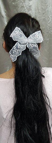 Ozdoby do vlasov - Jemná svadobná mašľa do vlasov z bielej čipky, hrebienok - 10375026_