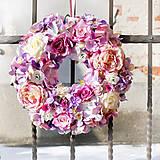 Dekorácie - Romantický fialkovo-ružový veniec na dvere - 10381674_