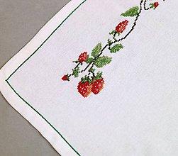 Úžitkový textil - Vyšívaný ubrus - jahody - 10381905_