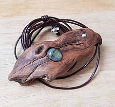 Náhrdelníky - Labradorit v exotickom dreve mopani - 10385025_