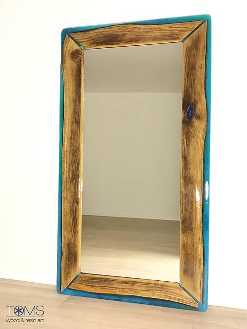 Zrkadlo s dreveno-živicovým rámom