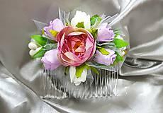 Nežný svadobný kvetinový hrebeň z ružových, fialových a béžových ruží