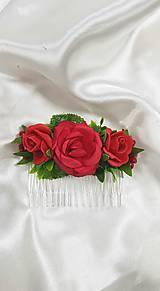 Hrebienok do vlasov z červených ruží na redový tanec