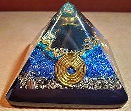 Dekorácie - Šungitová orgonitová pyramídka s horským kryštálom a keltskými špirálami. - 10388594_