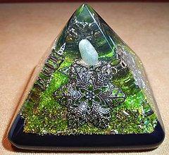 Dekorácie - Malá orgonitová pyramídka s aventurínom, fluoritmi a horským kryštálom - 10388626_