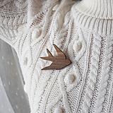 Odznaky/Brošne - Drevená brošňa vtáčik - 10391805_