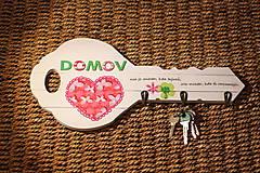 Nábytok - Drevený vešiak na kľúče s citátom - 10391038_
