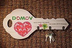 Nábytok - Drevený vešiak na kľúče s citátom - 10391041_