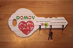 Nábytok - Drevený vešiak na kľúče s citátom - 10391042_