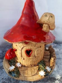 Dekorácie - Keramický muchotrávkový domček. - 10391495_