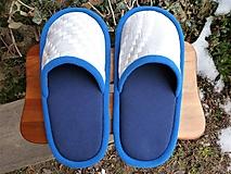Modré papuče s bielym vzorovým vrchom