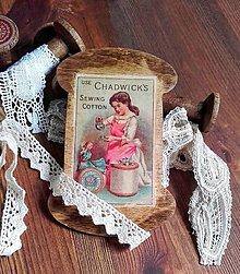 Dekorácie - Špulky - vintage špulka plochá Děvčátko s panenkou - 10399397_