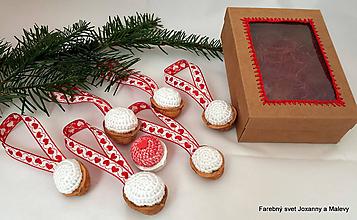 Dekorácie - vianočné háčkované Oriešky biele s červenými srdiečkami v krabičke - 10399547_