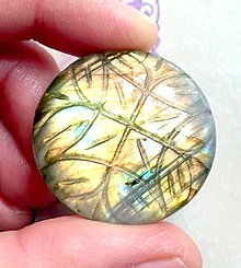 Minerály - Dúhový labradorit ručne vyrezávaný kabošon kruh / 22,5x22,5x7 mm, L1006 - 10406411_