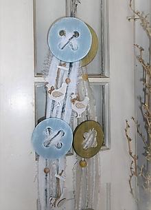 Dekorácie - Jarný gombíkový záves s kohútikmi - 10409498_