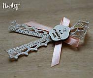 Pierka - Svadobné pierka pre rodičov a svedkov marhulkové, kvetinka - 10408042_