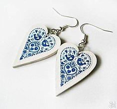 Náušnice - Modré folklórne srdiečkové náušnice s okrajom - 10408609_