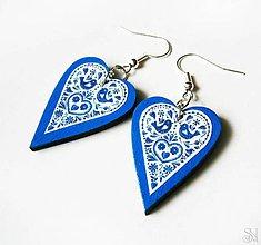 Náušnice - Modré folklórne srdiečkové náušnice s modrým okrajom - 10408653_