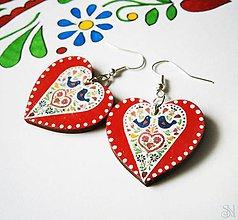 Náušnice - Červeno-farebné folklórne srdcové náušnice s bodkami - 10408742_