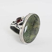 Prstene - Strieborný prsteň s rutilovým prehnitom a granátom - Brigid - 10408958_