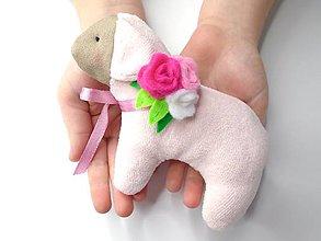 Dekorácie - Veľkonočná ovečka (Ružová s kvetinovou ozdobou) - 10406697_