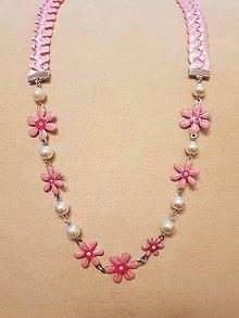 Náhrdelníky - Náhrdelník zo saténových stužiek s príveskom  (kovové kvietky ružové) - 10409621_