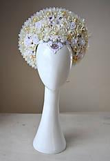 Ozdoby do vlasov - Romantická biela (ne)tradičná svadobná parta - 10408588_
