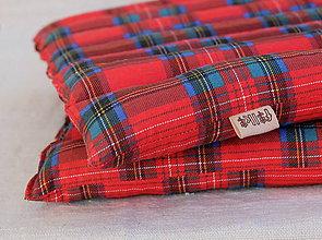 Úžitkový textil - FILKI sedák plnený šupkami (červený károvaný) - 10406139_
