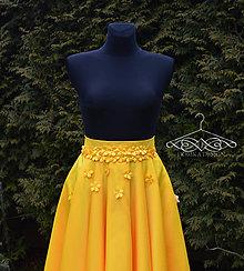 Sukne - Žltá midi sukňa s kvetmi - 10413210_