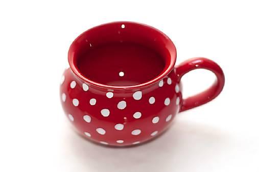 Červená baňatá šálka s bodkami