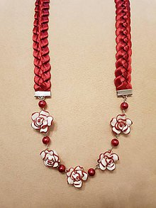 Náhrdelníky - Náhrdelník zo saténových stužiek s príveskom  (kvietky z FIMO hmoty červené) - 10414178_