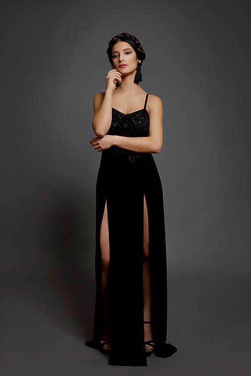 Spoločenské šaty na ramienka so zamatovou sukňou rôzne farby   Dyona ... 46e2b74fa5d