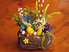 Dekorácie - Veľkonočný košík s húskami v žltom - 10411781_