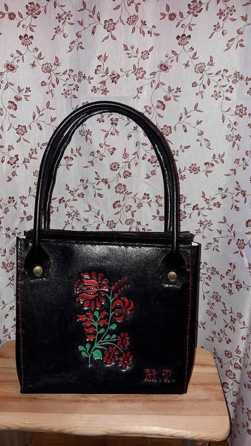 Kožená kabelka s kvetinovým vzorom